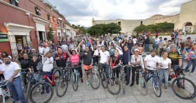 A invitación del Ayuntamiento capitalino, recorren la ciudad en bicicleta por el Día Mundial Sin Auto