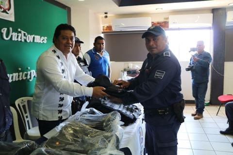 Otorga Ayuntamiento de Tres Valles uniformes y equipo a policías