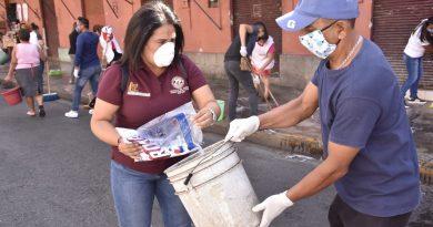Ayuntamiento de Oaxaca y locatarios se unen para limpiar calles adyacentes a mercados