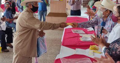 Otorgó don Ray apoyo económico a campesinos afectados por sequía y lluvias