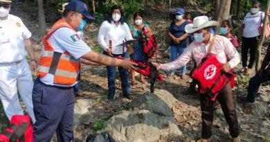 Entregan chalecos salvavidas a pescadores de Ojitlán, Oaxaca